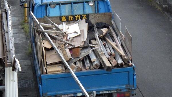 バラした木材をトラックに積んだ様子