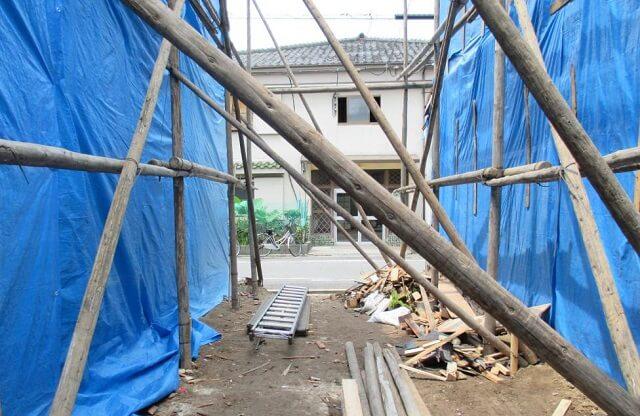 外壁補修工事中の風景