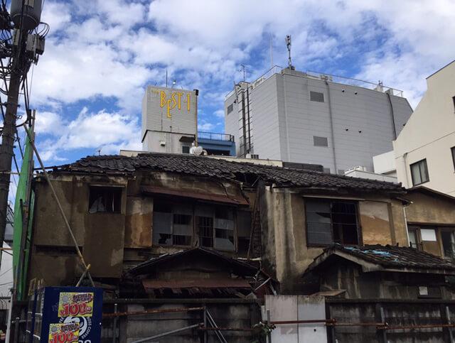 倒壊しそうな老朽空き家