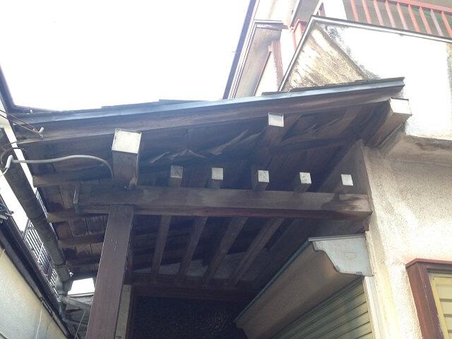 屋根の傷んだ空き家