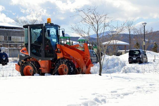 解体工事の前に除雪が必要
