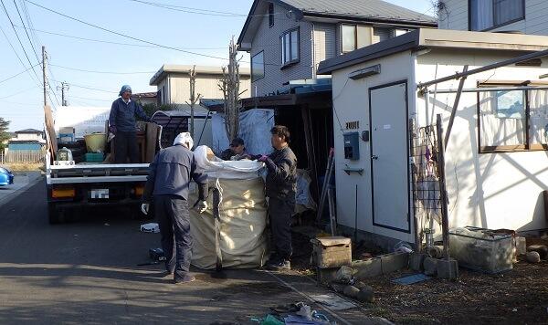 廃材を運び出している職人さん