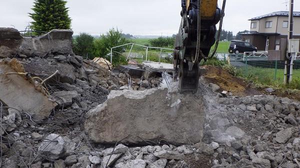 土間のコンクリートを撤去している様子