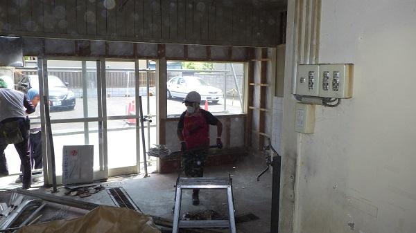 建物内部の片づけをしている様子2