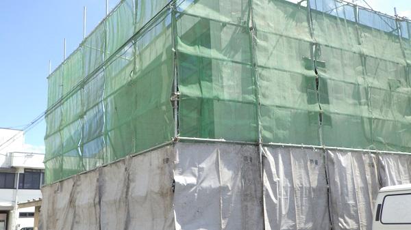 養生シートで覆った建物