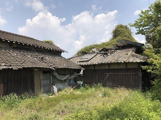 崩れかけた空き家