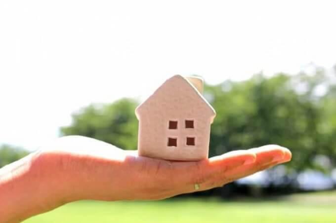 手のひらに家の模型