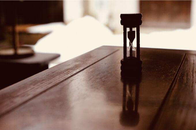 限られた時間を暗示する砂時計