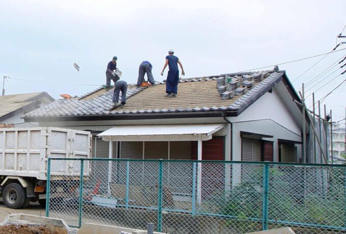 屋根材を剥がしている様子
