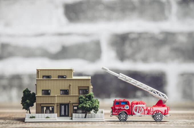 家と消防車の模型